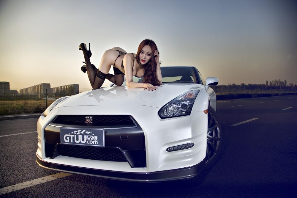 Rửa mắt cuối tuần với người mẫu gợi cảm bên chiếc Nissan GT-R - 6