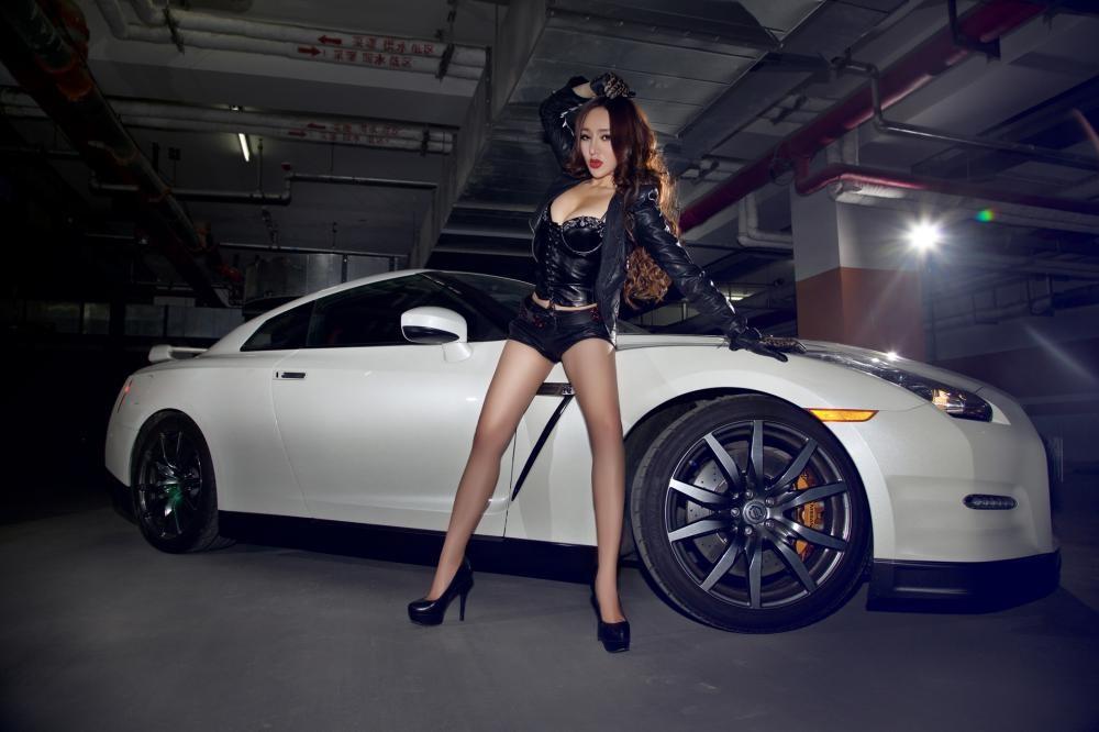 Rửa mắt cuối tuần với người mẫu gợi cảm bên chiếc Nissan GT-R - 12