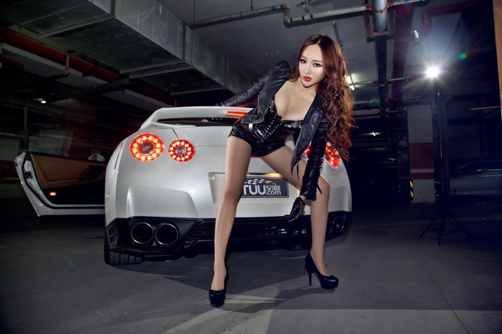 Rửa mắt cuối tuần với người mẫu gợi cảm bên chiếc Nissan GT-R - 13