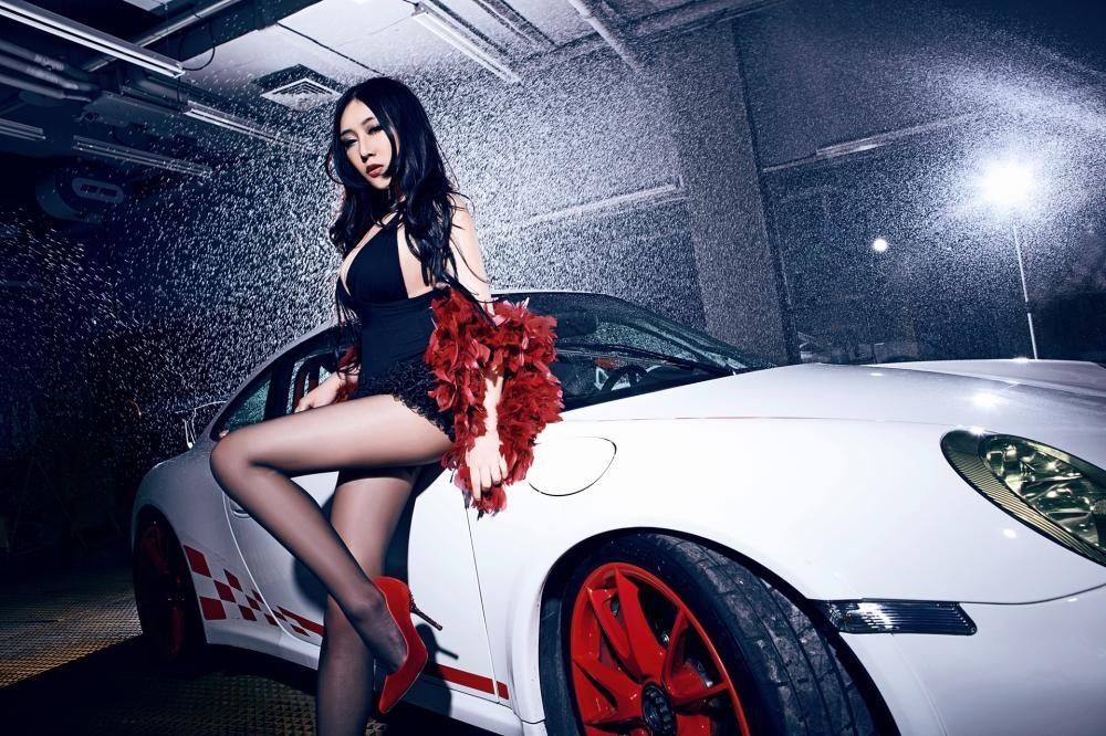 Mát mắt cùng người mẫu diện váy xẻ ngực sâu gợi cảm bên siêu xe Porsche 911 GT3 RS - 2