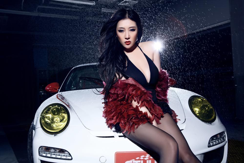 Mát mắt cùng người mẫu diện váy xẻ ngực sâu gợi cảm bên siêu xe Porsche 911 GT3 RS - 7