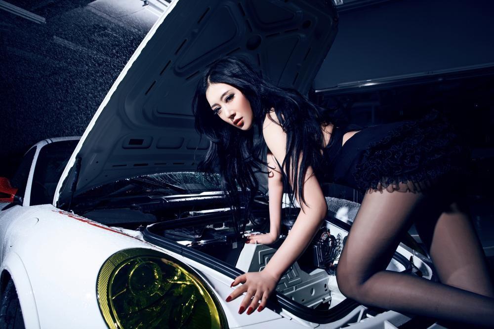 Mát mắt cùng người mẫu diện váy xẻ ngực sâu gợi cảm bên siêu xe Porsche 911 GT3 RS - 9