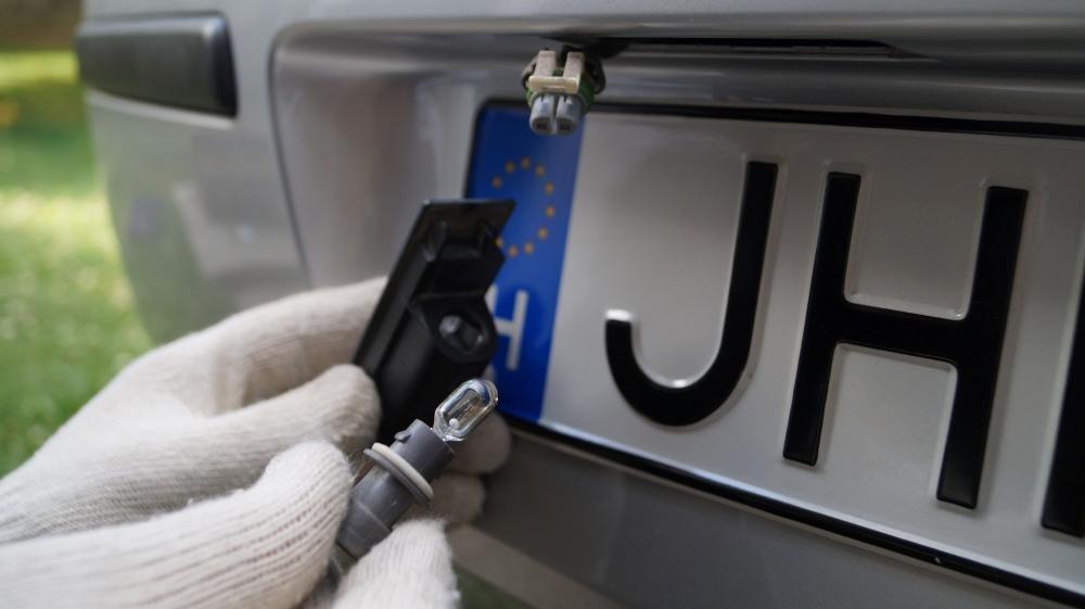 Phạt tiền khi xe ô tô không có đèn soi biển số