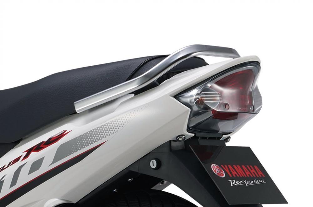 Đèn hậu của xe cũng là loại nguyên khối với đèn chiếu hậu thiết kế dạng bức xạ sáng sáng tối và đèn xinhan phản quang đa diện