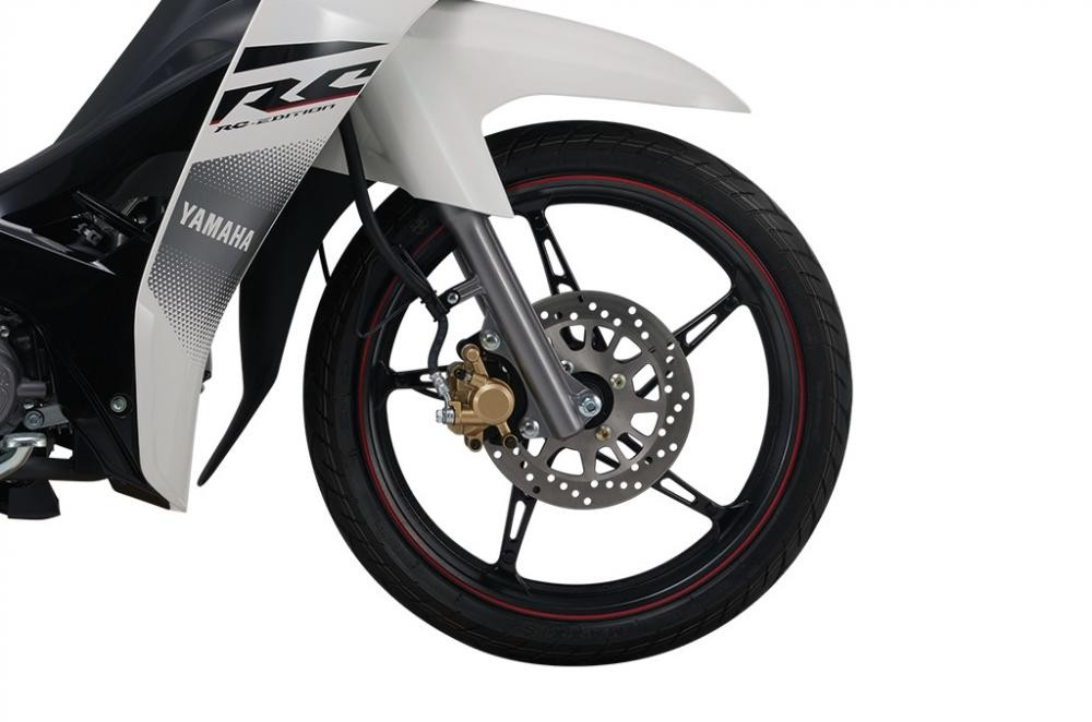 Yamaha Sirius RC được trang bị vàm đúc thể thao, đi kèm phanh đĩa, giúp tăng độ an toàn khi sử dụng xe.
