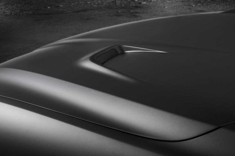 Các đường nét thể thao của xe không dừng lại ở đó bởi các nhà thiết kế cũng lắp đặt một nắp capô thông gió và những phụ tùng làm từ sợi carbon.