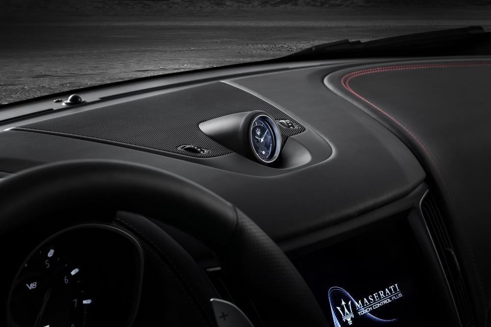 Mẫu xe crossover mới còn trang bị đồng hồ đặt trên mặt táp-lô, thảm trải sàn độc đáo và hệ thống âm thanh vòm xịn Bowers & Wilkins với 17 loa.