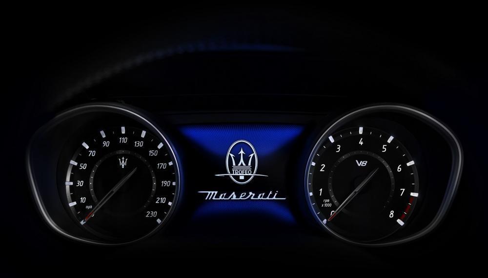 Triết lí thể thao tiếp tục được thể hiện qua lớp trang trí sợi carbon mờ, cần sang số trên vô lăng và một bảng tín hiệu đồng hồ độc nhất vô nhị với huy hiệu V8.