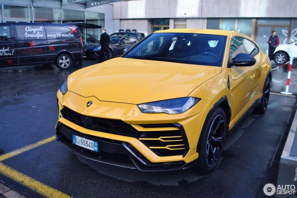 Lamborghini Urus màu vàng
