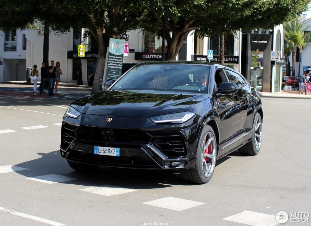 Lamborghini Urus màu đen