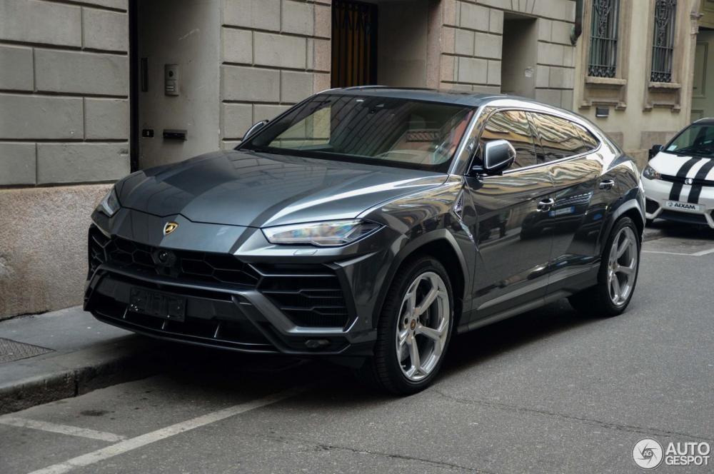 Lamborghini Urus màu xám