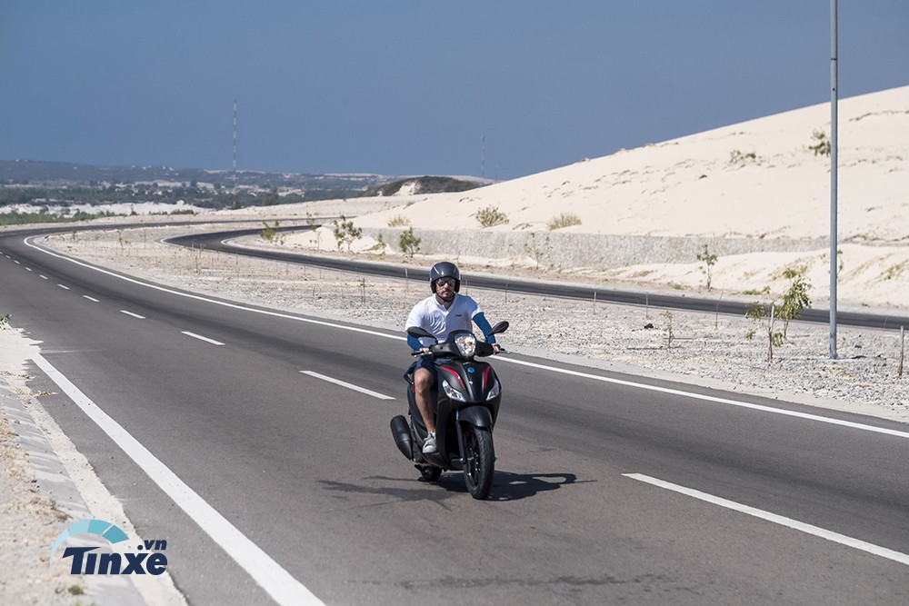 Đích thân ôngMickael Orain cũng trực tiếp cầm lái Piaggio Medley ABS 2018 để trải nghiệm trên cung đường ven biển đẹp bậc nhất Việt Nam.