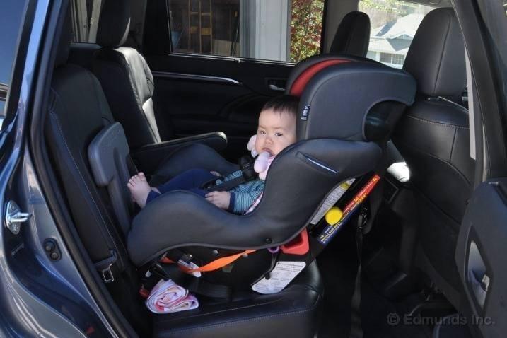 Không để trẻ em ngồi trên xe ô tô quá 1 giờ