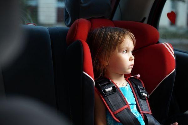 Không nên bé ngồi trên xe ô tô quá lâu