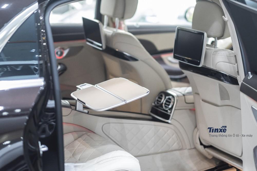 Hàng ghế thứ hai dành cho khách VIP với đầy đủ các trang thiết bị tiện nghi giải trí và làm việc
