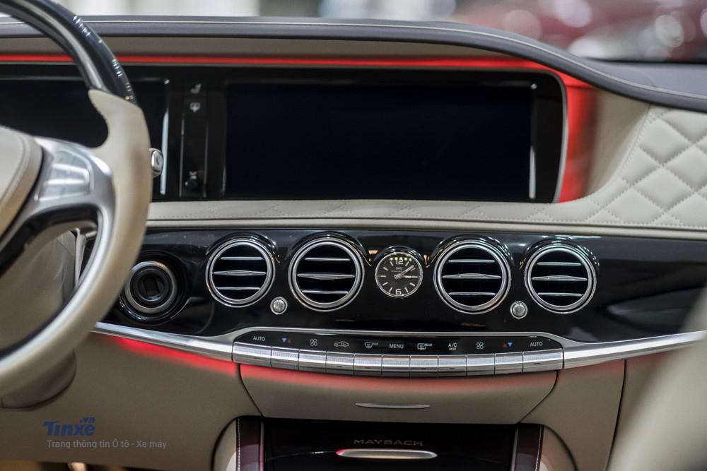 Hệ thống điều hoà tự động ở vị trí trung tâm. Thêm vào đó là một đồng hồ cơ IWC mang cảm giác sang trọng cho không gian bên trong Mercedes-Maybach S500