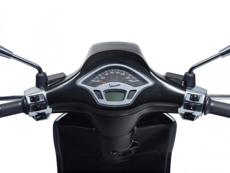 Mặt đồng hồ của Vespa Sprint Carbon có thiết kế không đổi so với bản tiêu chuẩn