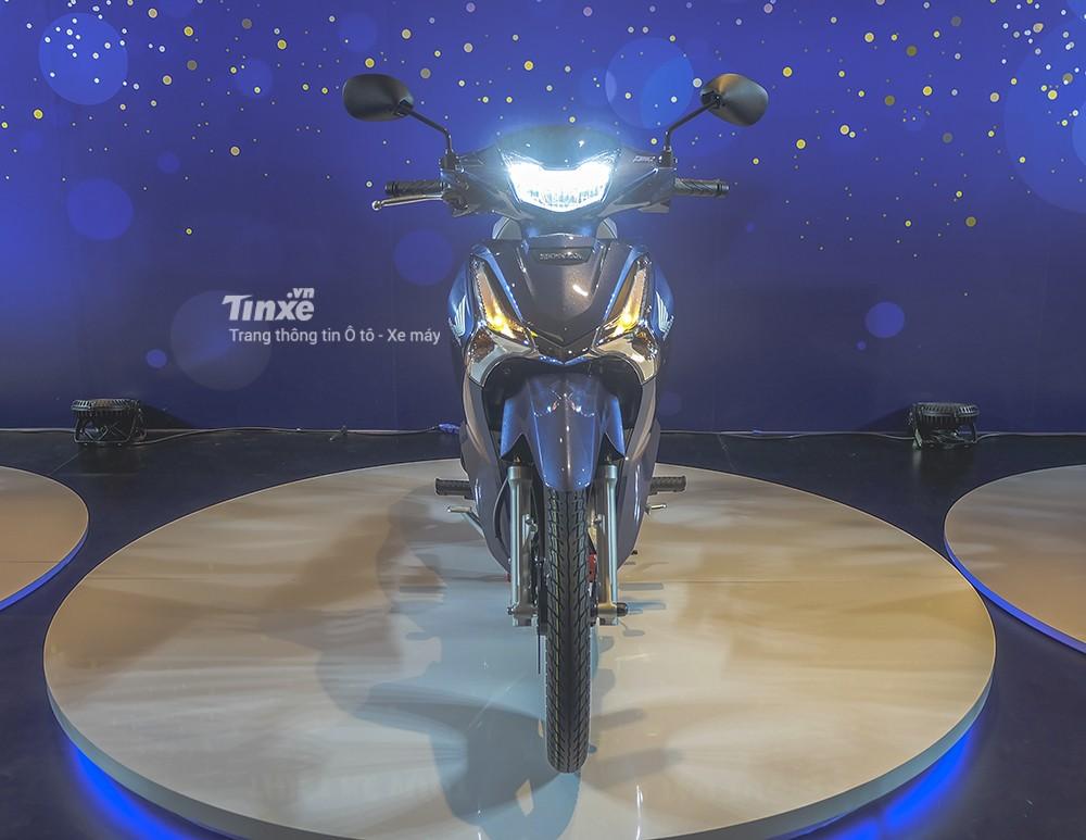 Nhìn chính diện, Honda Future 125 2018 khá giống với mẫu xe tay ga Honda SH