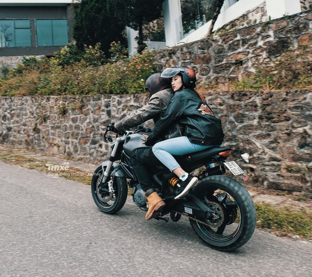 Ducati Monster 795 đi 2 người khá hợp lý và không bị mỏi cho cả người cầm lái và người ngồi sau