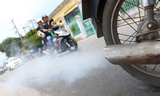 Chiếc xe thổi ra khói trắng từ ống xả.