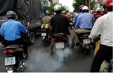 Xe máy xả khói khiến người xung quanh khó chịu