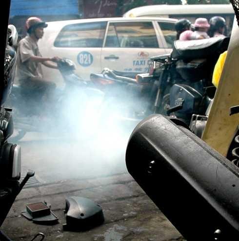 Chiếc xe ra khói màu xanh và nòng pô ướt dầu.
