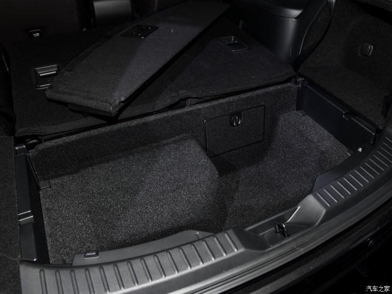 Ngăn đựng đồ dưới sàn cốp sau của Mazda CX-8