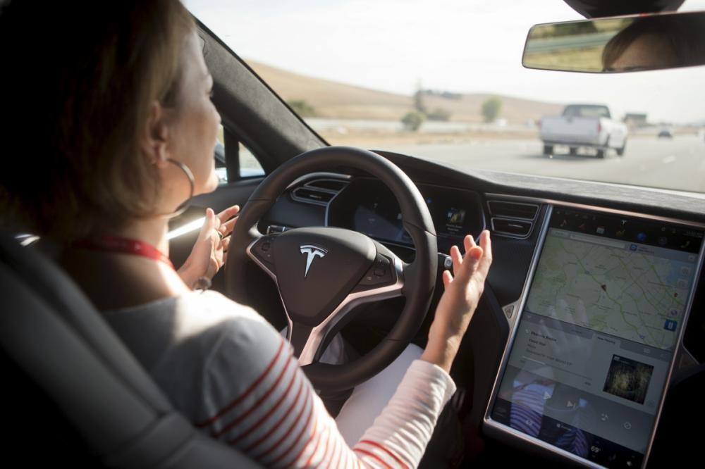 Chức năng tự lái trên xe điện Tesla chỉ có tính năng hỗ trợ tài xế