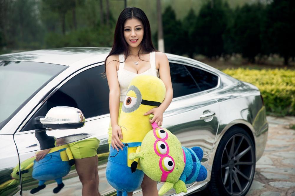 Vương Đóa Đóa tạo dáng đáng yêu, nhí nhảnh bên Audi A5 mạ bạc toàn thân - 4