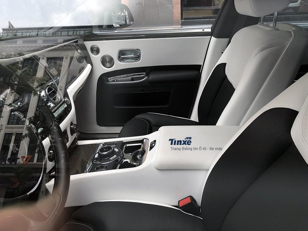 Hàng loạt trang thiết bị tiện nghi hiện đại được lắp đặt trên Rolls-Royce Ghost Black Badge