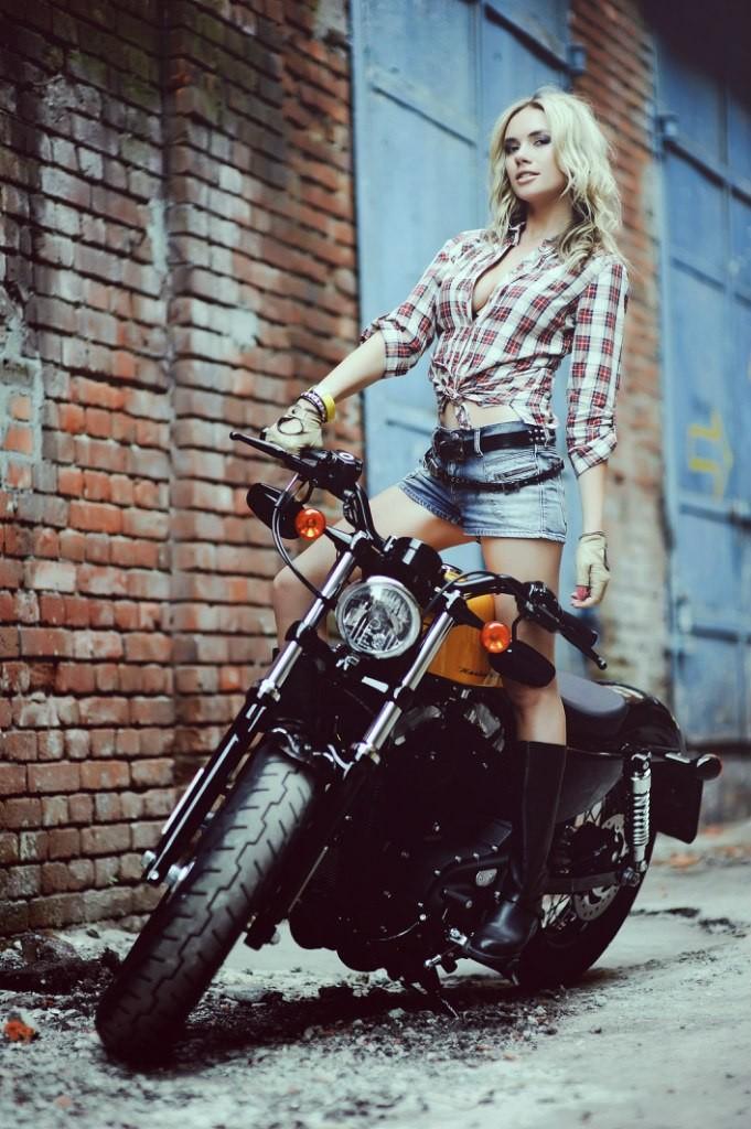 Cô nàng lả lơi bên Harley-Davidson - 2