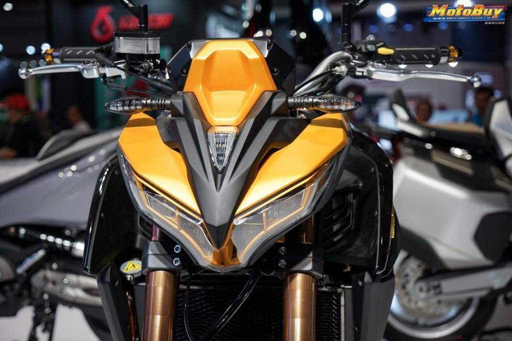Kymco K-Rider 400 được trang bị bộ đèn pha LED vát chéo trông khá dữ dằn và