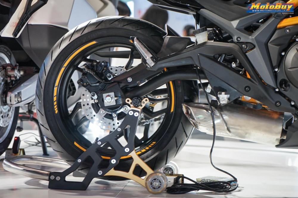 Xe được trang bị ABS trước và sau, sử dụng bộ vành đúc được thiết kế khá lạ, mang lại vẻ đẹp khỏe khoắn