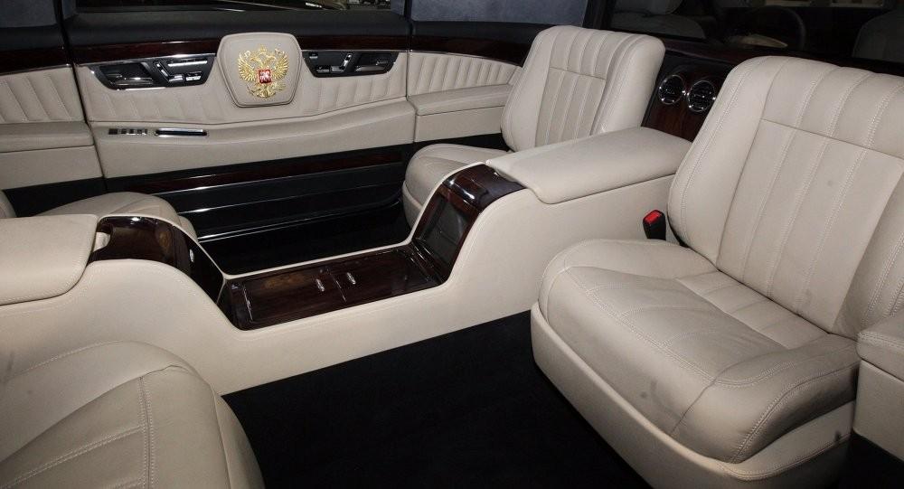 Khoang hành khách phía sau của chiếc limousine