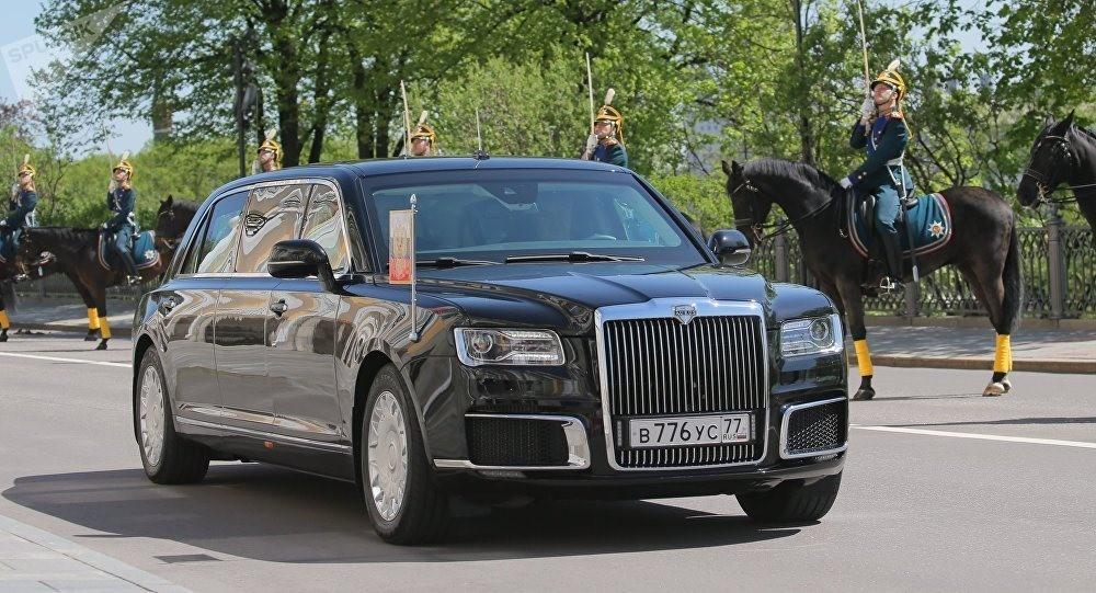 Đèn pha và gương ngoại thất của chiếc limousine cũng giống Rolls-Royce