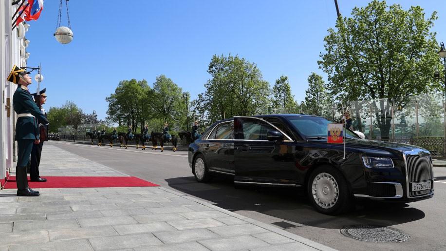 Viền lưới tản nhiệt mạ crôm của chiếc limousine