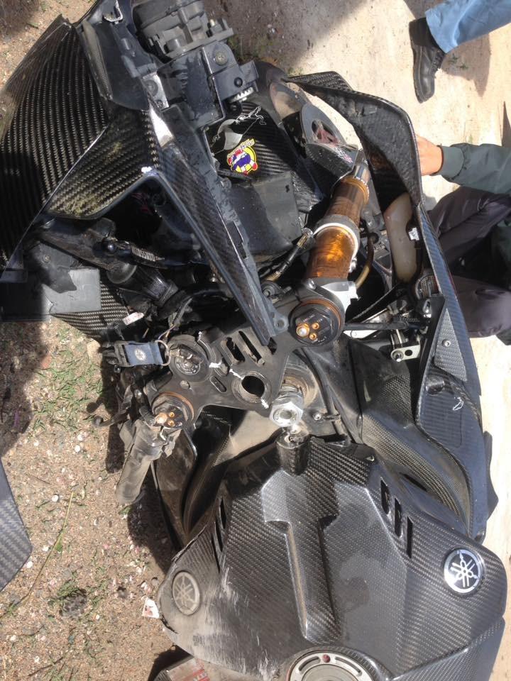 Ngoại hình chiếc Yamaha R1 bị thiệt hại nặng sau cú tông vào trụ bê tông