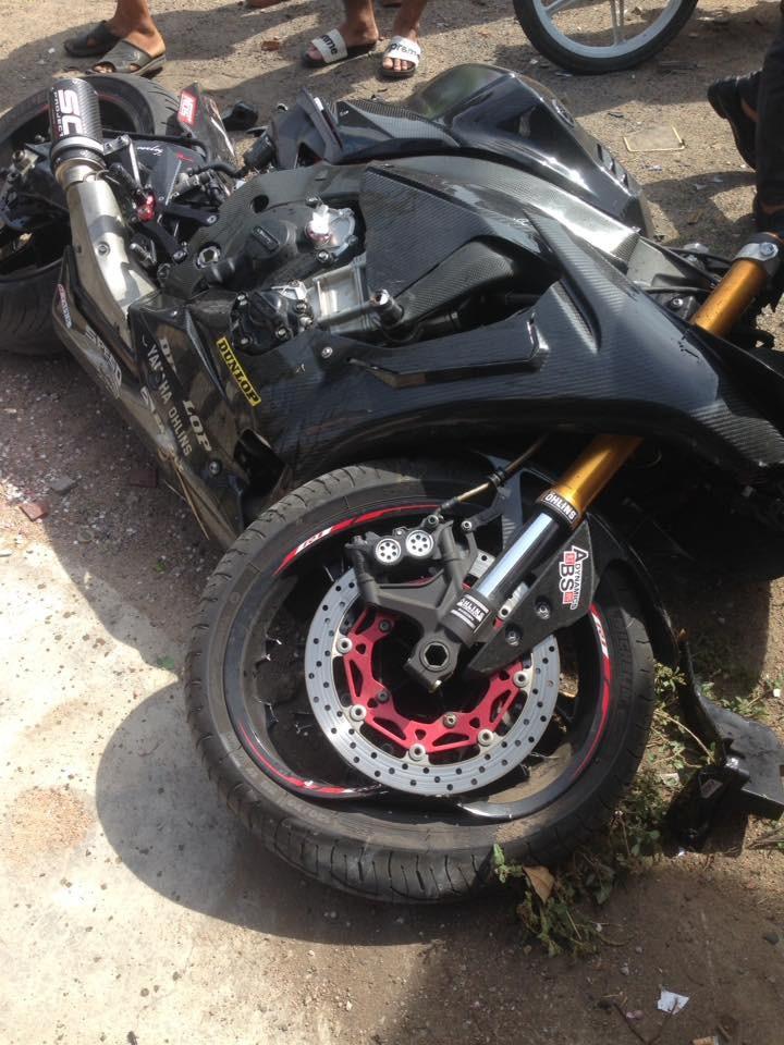 Tông vào trụ bê tông, Yamaha R1 độ thân vỏ carbon hư hỏng nặng