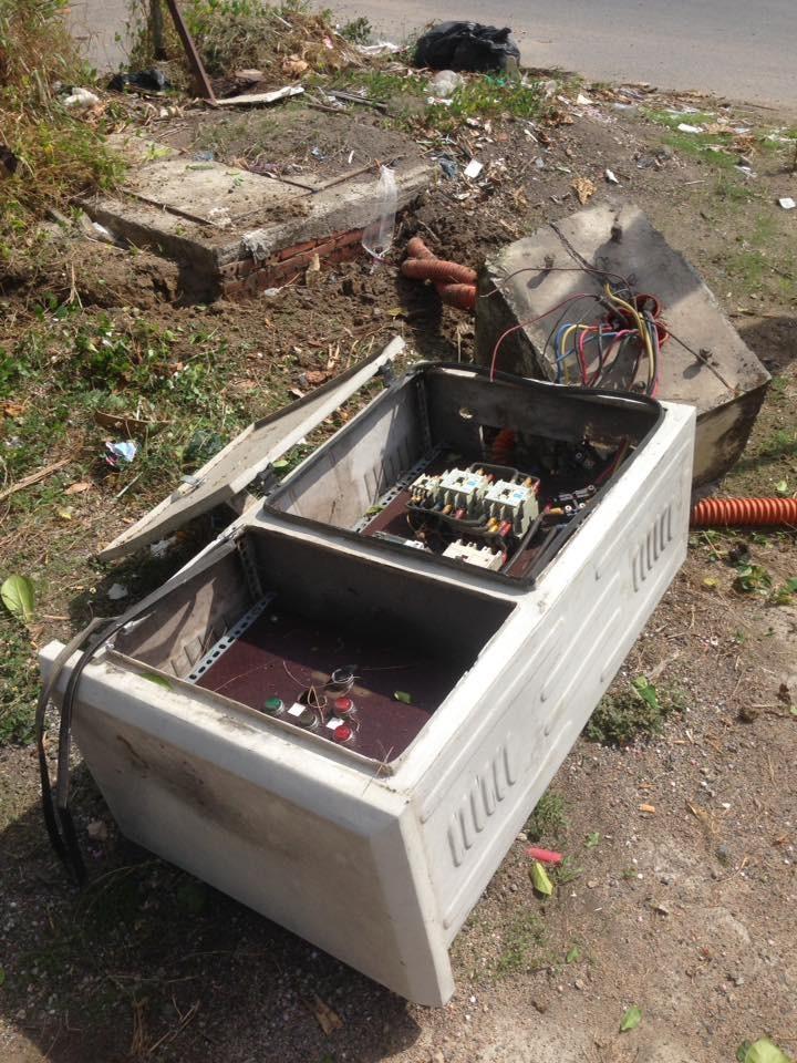 Thùng điện kế hư hỏng nặng sau khi bị chiếc mô tô phân khối lớn tông vào