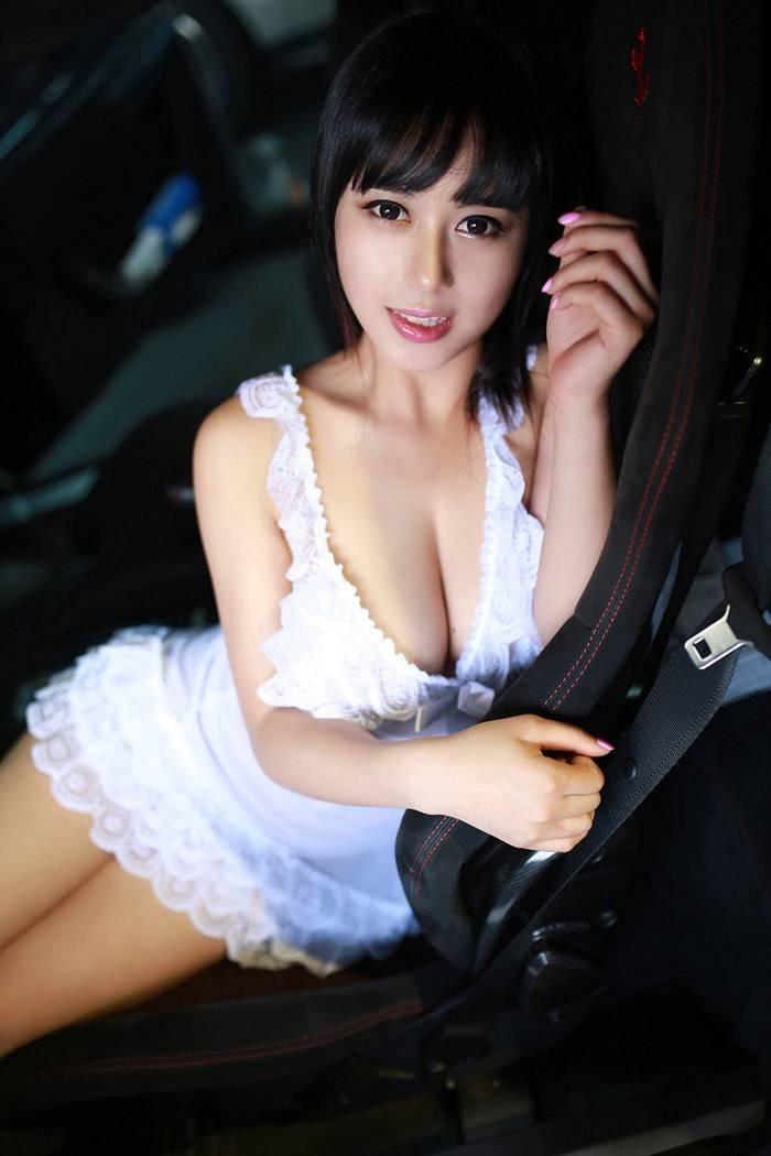 Chảy máu mũi với vòng ngực gợi cảm 97 cm của người mẫu Hoàng Khả - 2