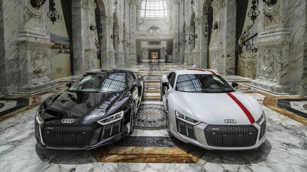 Cặp đôi siêu xe Audi R8 tạo dáng bên trong Al Hazm Mall