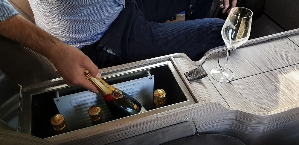 Ngăn lạnh chứa vài chai champagne
