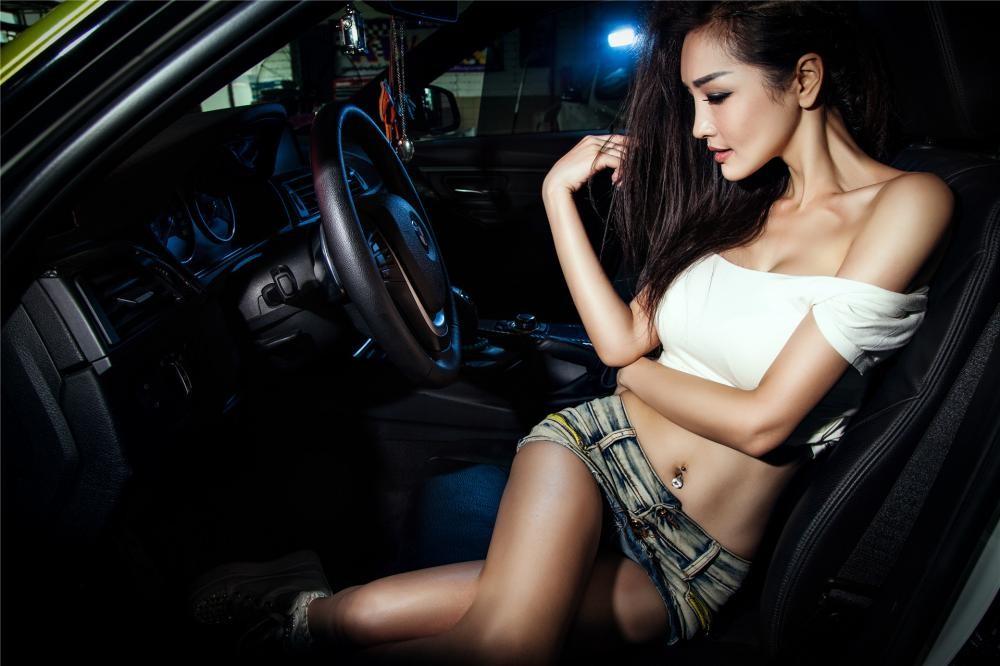 Người đẹp Y Ngạn khoe dáng gợi cảm, rửa xe mát mẻ bên BMW 3-Series F35 - 9