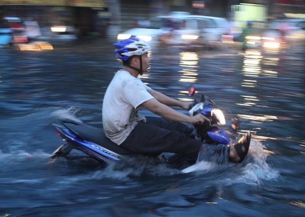 Đi xe qua nước ngập