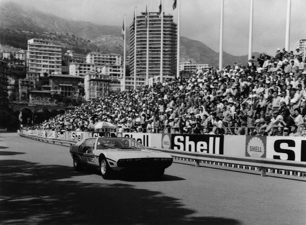 Hoàng tử Rainier III và Công nương Grace ngồi trên chiếc Lamborghini Marzal vào năm 1967