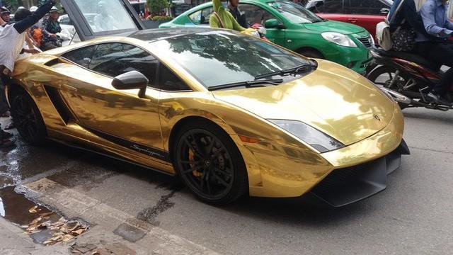 Siêu xe Lamborghini Gallardo Superleggera bốc khói nghi ngút trên đường phố Hà Nội