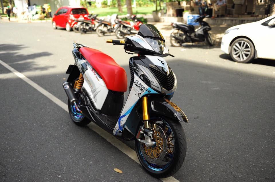 Chiếc tay ga hạng sang Honda SH nhập khẩu Italy được một người chơi xe độ dàn đồ chơi hàng hiệu như phuộc Ohlins, phanh đĩa Brembo của Ducati, mạ bảy màu và phủ sợi carbon.