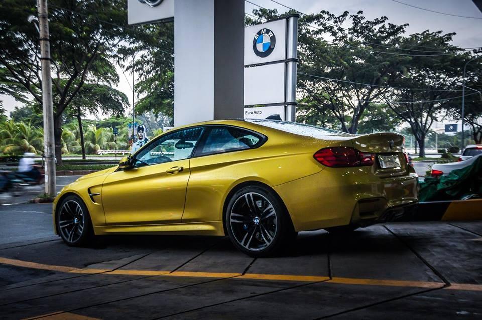 Bên hông xe của BMW M4 F82được tích hợp thêm 2 mang cáđẹp mắt, ngoài ra, còn phải kểđến bộ mâm 5 chấu kép mang mã437M với kích thước 19 inch.