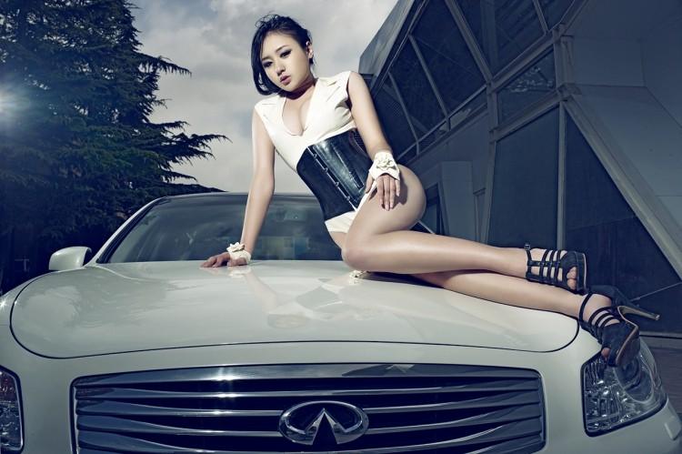 Diễn viên Lưu Tịnh Di khoe thân hình gợi cảm, vòng 1 tròn đầy bên Infiniti G35 độ - 3