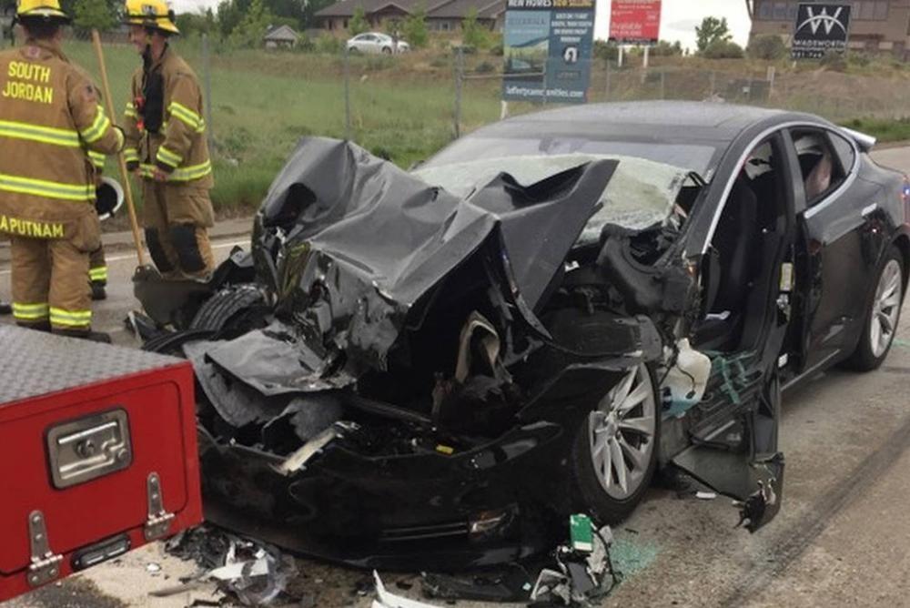 Hiện trường vụ tai nạn xe Tesla đâm vào đuôi xe cứu hỏa ở tốc độ 96 km/h tại Utah, Mỹ